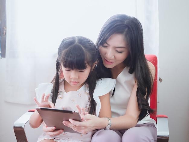 La bambina gioca in poltrona con sua madre