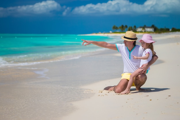 La bambina gode della vacanza della spiaggia con il padre felice