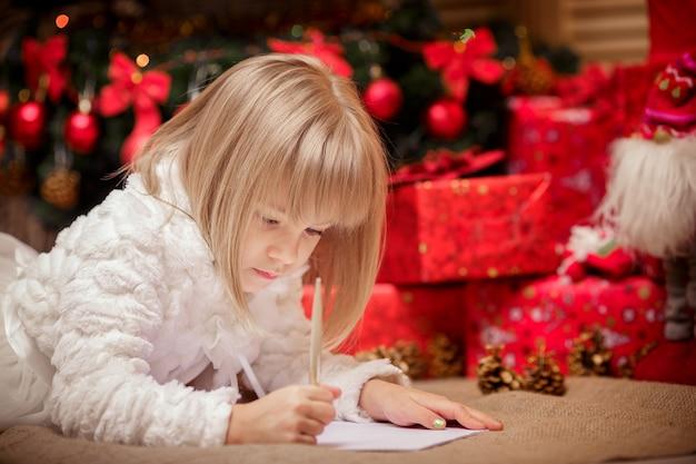 La bambina scrive una lettera a babbo natale
