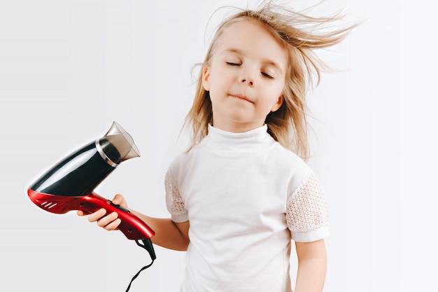 La bambina si asciuga i capelli