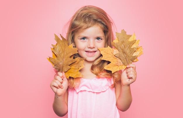 La bambina si sta preparando per il giorno di vendita dei bambini in autunno.