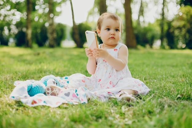 La bambina sta riposando nel parco