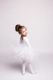 La bambina sta studiando il balletto.