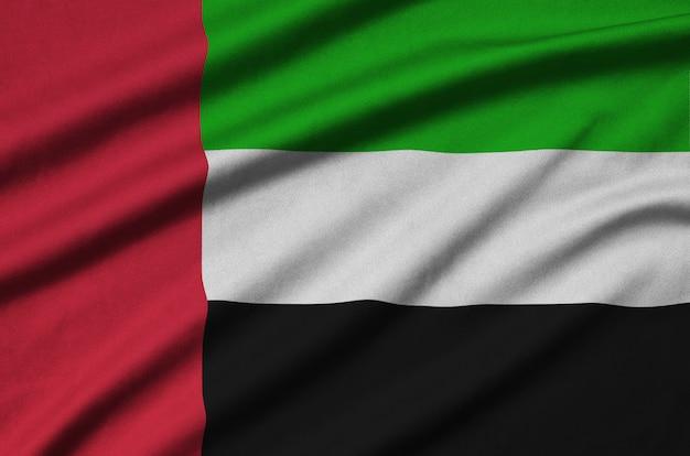 La bandiera degli emirati arabi uniti è raffigurata su un tessuto sportivo con molte pieghe.