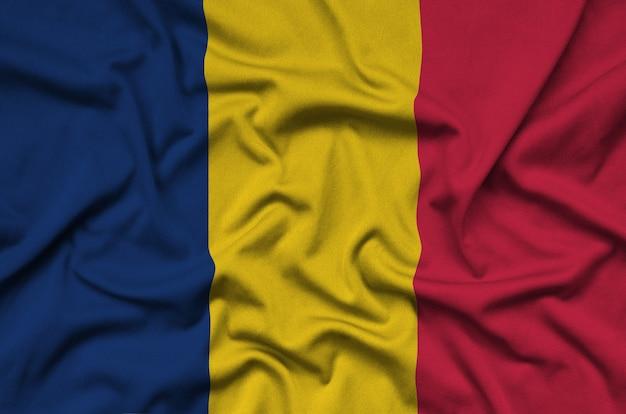 La bandiera del ciad è raffigurata su un tessuto sportivo con molte pieghe.