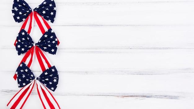La bandiera del giorno dell'indipendenza si inchina nelle stelle rosse bianche e blu
