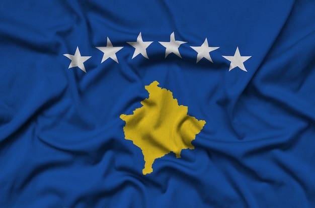 La bandiera del kosovo è raffigurata su un tessuto sportivo con molte pieghe.