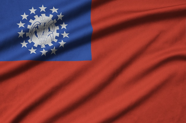 La bandiera del myanmar è raffigurata su un tessuto sportivo con molte pieghe.