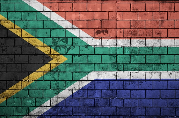 La bandiera del sudafrica è dipinta su un vecchio muro di mattoni