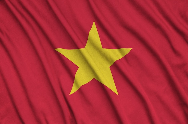 La bandiera del vietnam è raffigurata su un tessuto sportivo con molte pieghe.