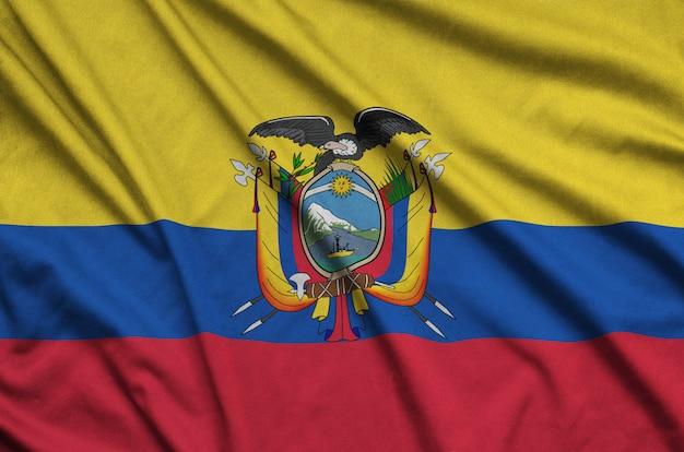 La bandiera dell'ecuador è raffigurata su un tessuto sportivo con molte pieghe.
