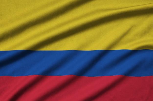 La bandiera della colombia è raffigurata su un tessuto sportivo con molte pieghe.