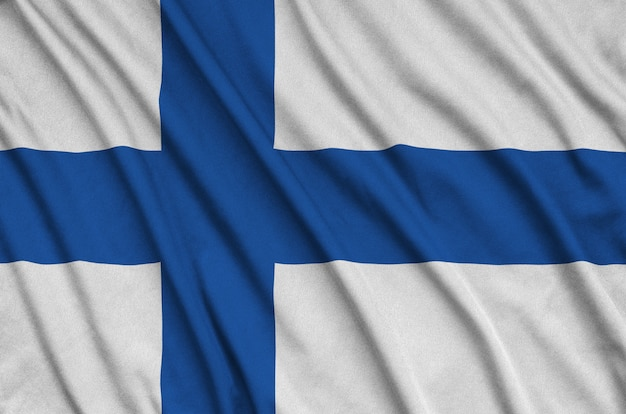 La bandiera della finlandia è raffigurata su un tessuto sportivo con molte pieghe.