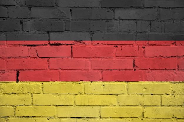 La bandiera della germania è dipinta su un vecchio muro di mattoni