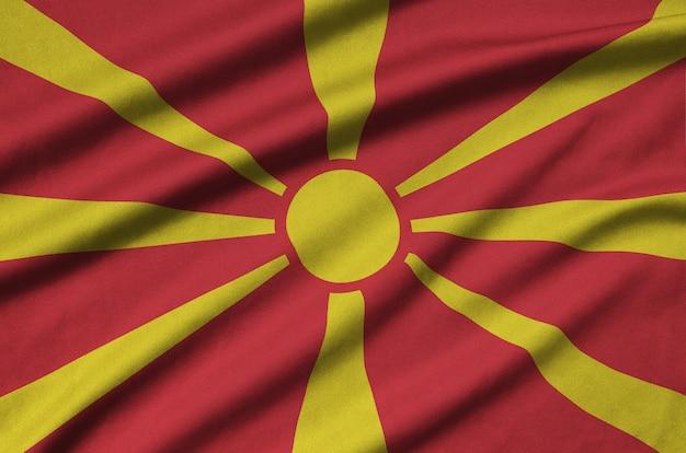 La bandiera della macedonia è raffigurata su un tessuto sportivo con molte pieghe.