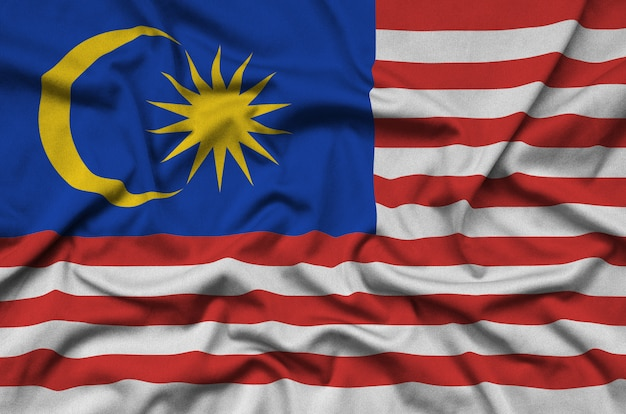 La bandiera della malesia è raffigurata su un tessuto sportivo con molte pieghe.