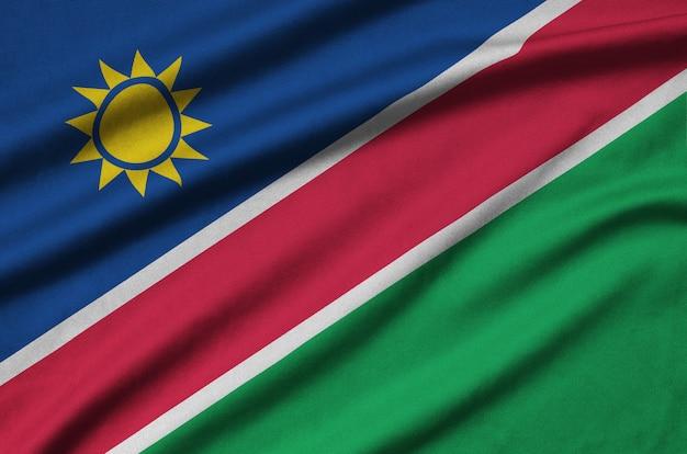 La bandiera della namibia è raffigurata su un tessuto sportivo con molte pieghe.