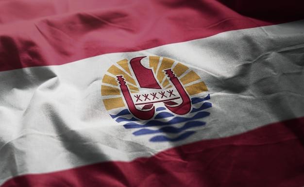 La bandiera della polinesia francese arruffa vicino su