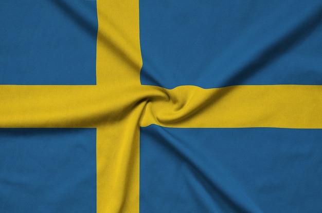 La bandiera della svezia è raffigurata su un tessuto sportivo con molte pieghe.