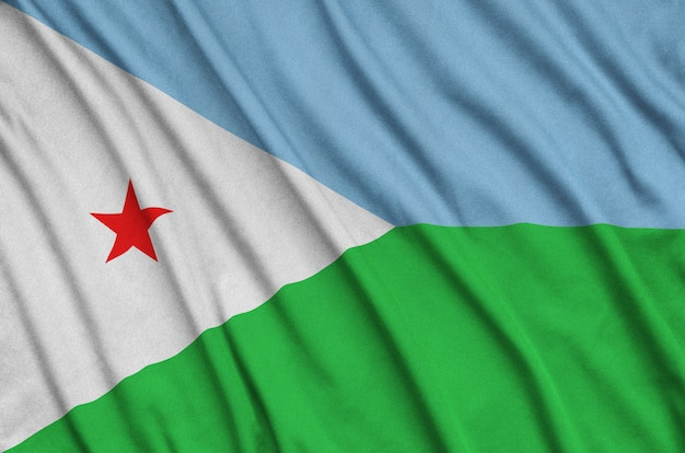 La bandiera di gibuti è raffigurata su un tessuto sportivo con molte pieghe.