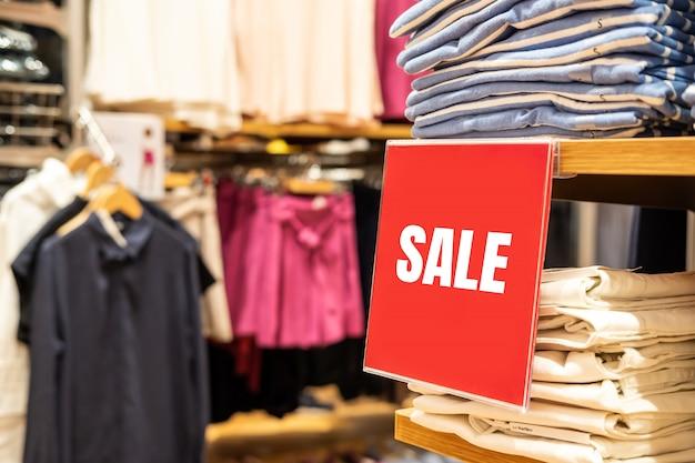 La bandiera di vendita e annuncia la struttura nel grande magazzino di acquisto al centro commerciale