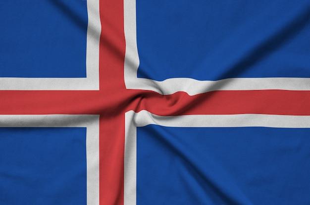 La bandiera islandese è raffigurata su un tessuto sportivo con molte pieghe.