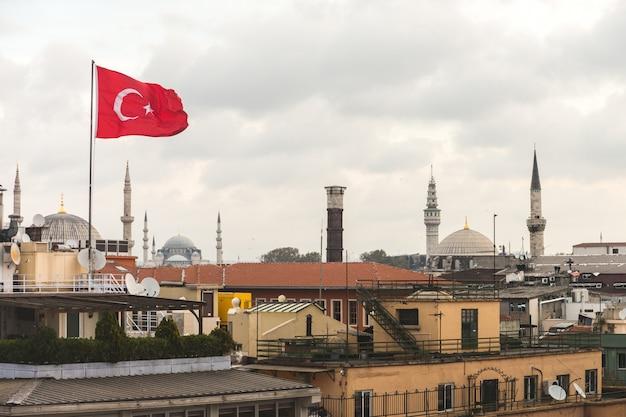 La bandiera turca e la vista sui tetti di istanbul con la moschea