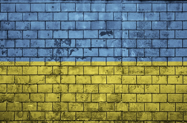 La bandiera ucraina è dipinta su un vecchio muro di mattoni