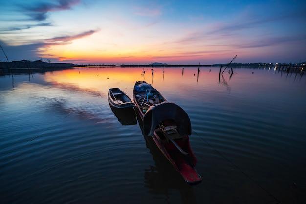 La barca di legno al sorgere del sole