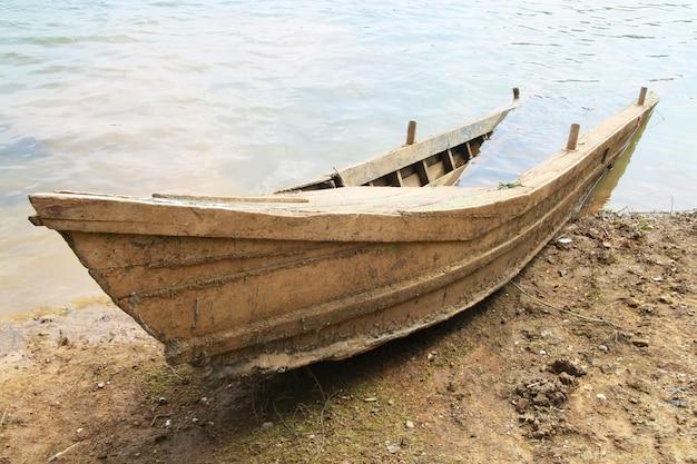 La barca di legno di rovina ha affondato sulla spiaggia
