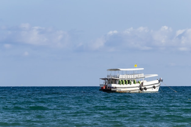 La barca di viaggio sta galleggiando sopra il mare con cielo blu e si appanna nell'estate in koh mak island a trat, tailandia. copia spazio sul lato sinistro.