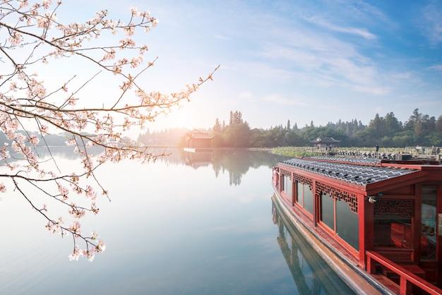 La barca turistica è sul lago