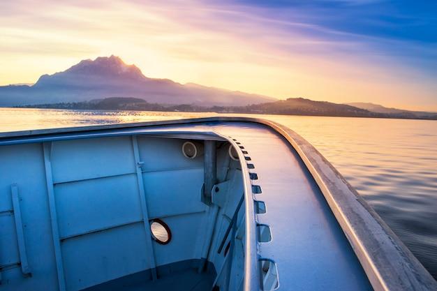 La barca va alla montagna sul fiume con il cielo