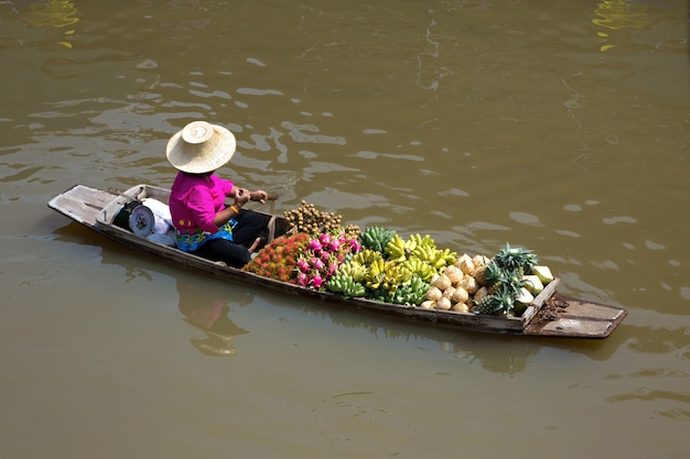 La barca vende frutta al mercato galleggiante.
