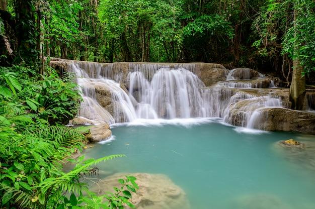 La bella cascata è chiamata cascata del hua mae kamin nel parco nazionale di erawan