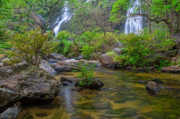 La bella cascata nella foresta profonda a khlong lan national park