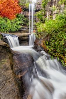 La bella cascata nella foresta profonda durante la stagione piovosa al parco nazionale di pha taem