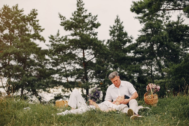 La bella coppia adulta passa il tempo in un campo dell'estate