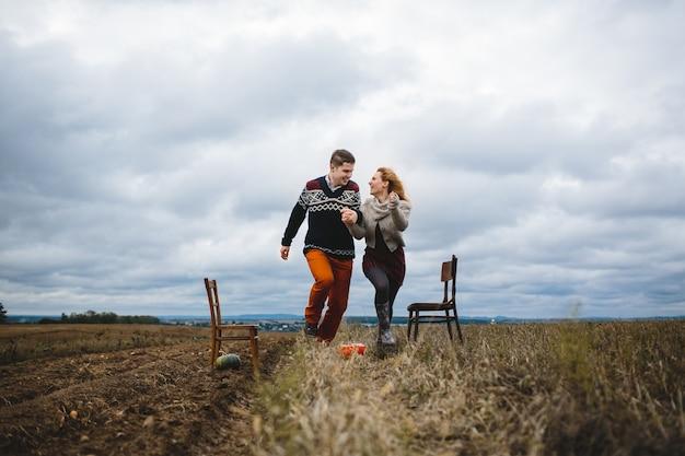 La bella coppia in amore a piedi lungo il campo