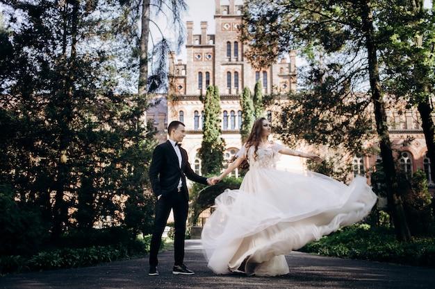 La bella coppia innamorata che cammina lungo il vicolo