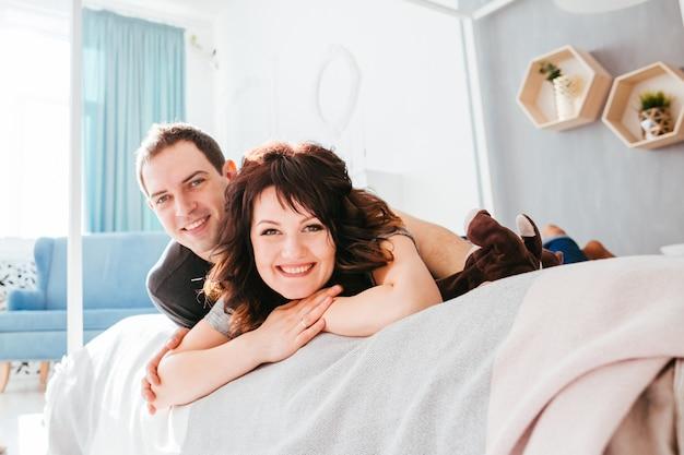 La bella coppia innamorata giace sul letto
