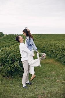 La bella coppia passa il tempo su un campo estivo