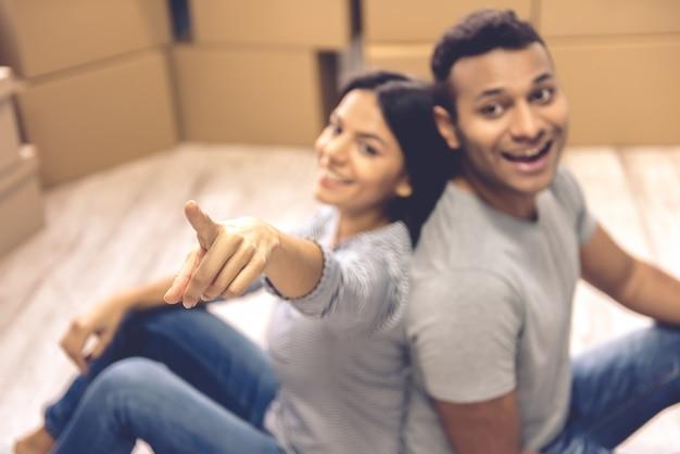La bella coppia sta esaminando la macchina fotografica e sorridere.