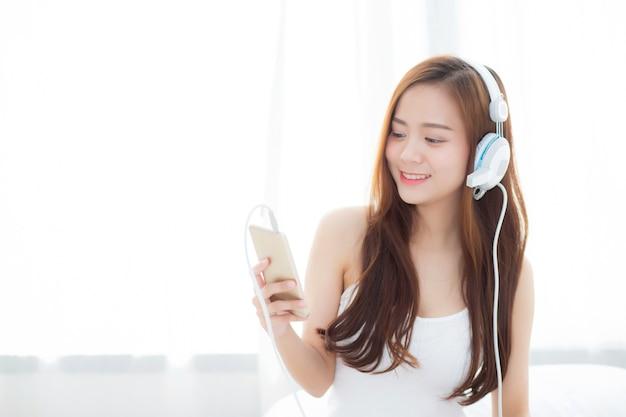 La bella donna asiatica gode di di ascoltare la musica
