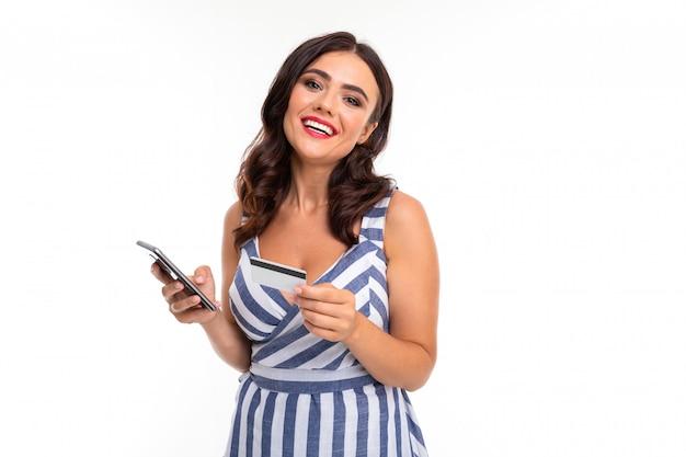 La bella donna caucasica comunica con la gente al telefono e che ride, maschera isolata su bianco