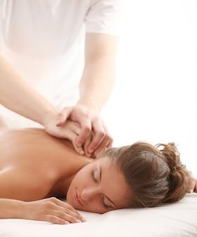 La bella donna caucasica gode del massaggio