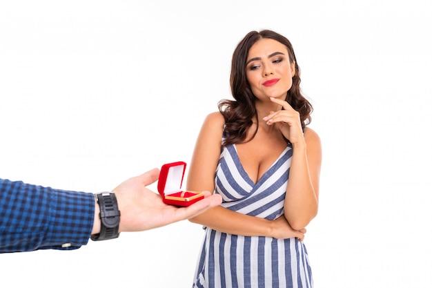La bella donna caucasica si rallegra della proposta di sposarsi, immagine isolata su bianco