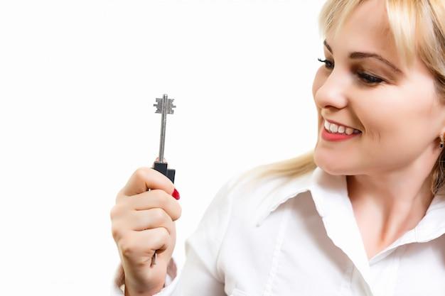 La bella donna caucasica tiene le chiavi