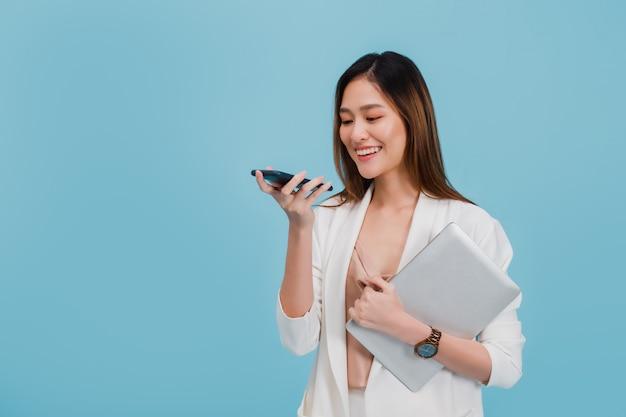 La bella donna di affari asiatica fa la chiamata vocale per consultare