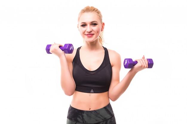 La bella donna di forma fisica fa gli esercizi isolati su bianco